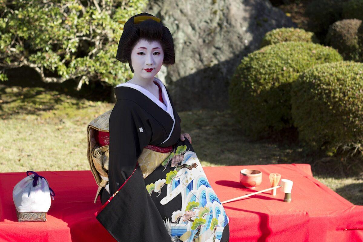 Femme en costume traditionnel nippon Geisha