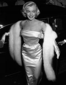 Marilyn en robe satin et fourrure