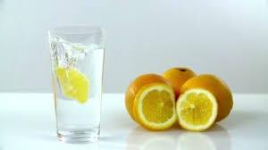Raffermir son ventre après une césarienne avec un verre d'eau citronnée.