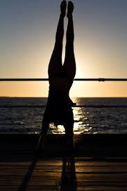 pieds au ciel, main sur la terre: le parfait équilibre