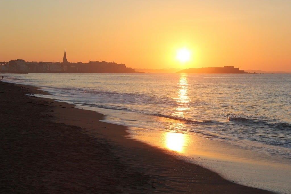 Coucher de soleil sur la ville de Saint-Malo en Bretagne