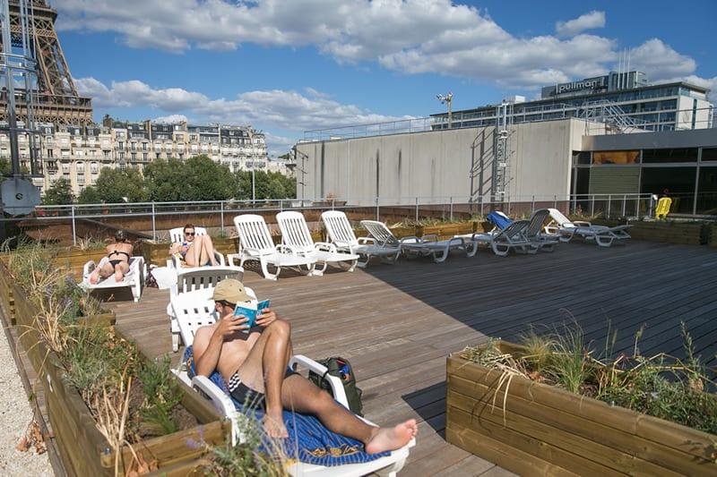 solarium de la piscine vue Tour Eiffel
