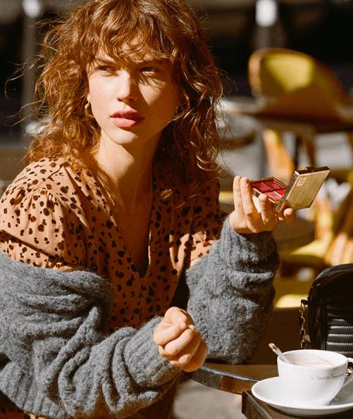 femme dans les cafés de Paris avec la palette Rouje