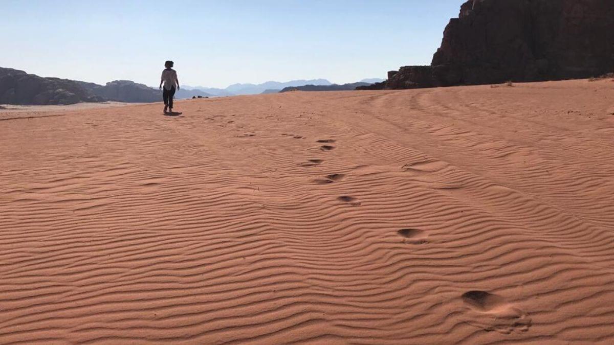 errer dans desert de sable a wadi rum