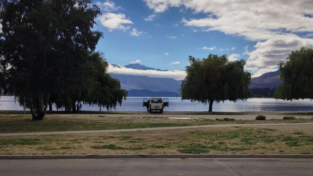 van stationné devant un lac
