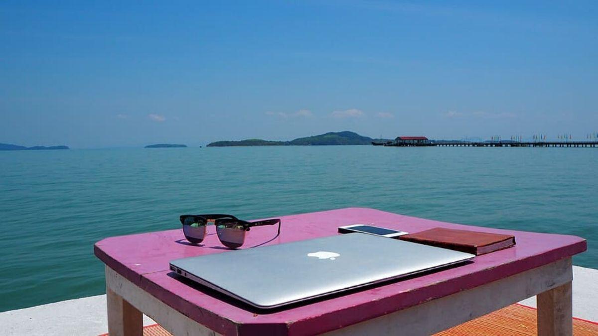 un bureau au bord de l'eau