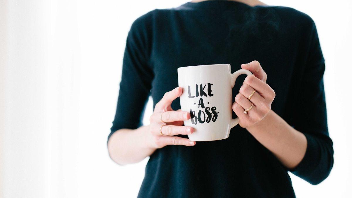 """femme tenant un mug écrit """"like a boss"""""""