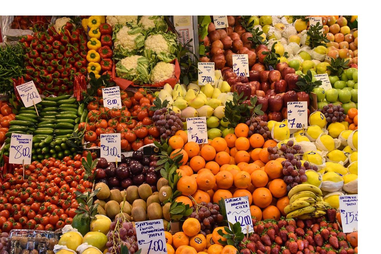 étal de marché de fruits et légumes de printemps