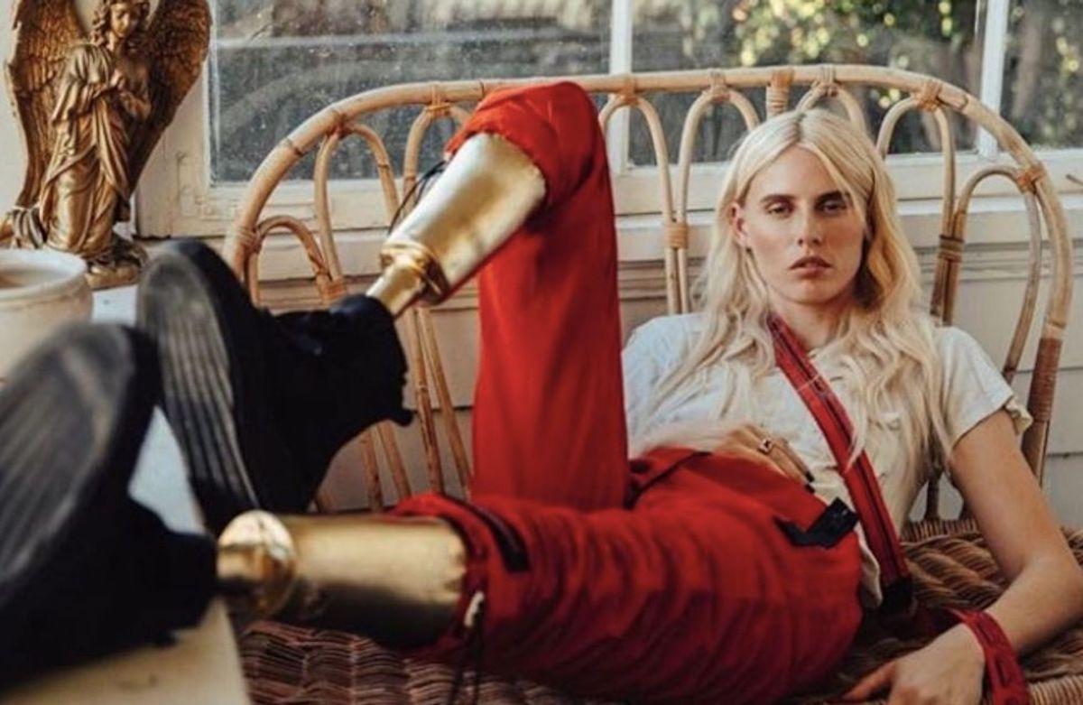 Lauren Wasser, mannequin à mobilité réduite, amputée de ses deux jambes après un choc toxique, revient sur les catwalks avec deux prothèses en or, qui secouent le monde de la mode et ouvre la voie à ces oubliés de ce secteur conformiste.