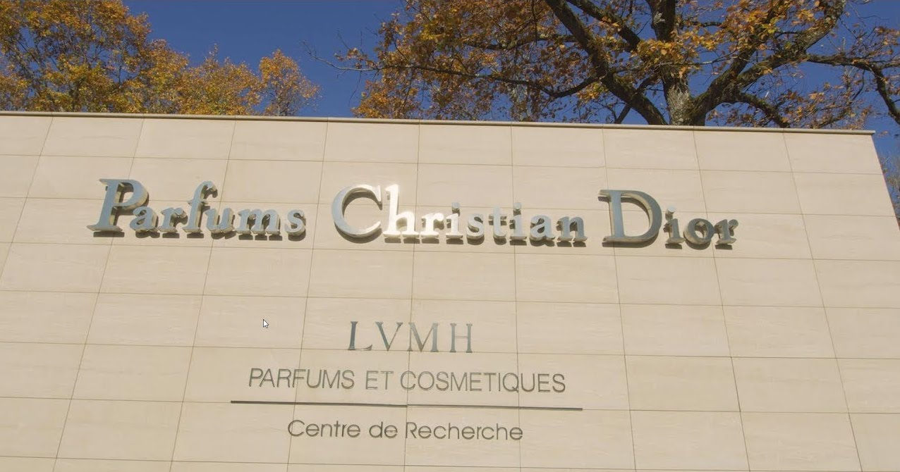 Afin de lutter contre la propagation du Coronavirus, les industries du luxe telle que l'Usine Christian Dior à Orélans réquisitionnée pour produire du gel hydroalcoolique et fournir le personnel soignant