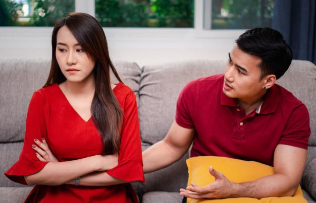Couple en train de se disputer en plein confinement