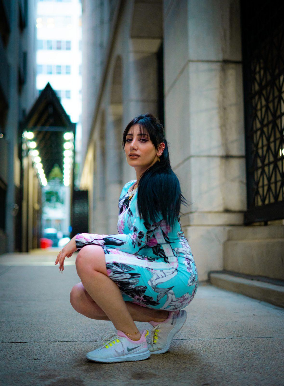 Femme portant le style vestimentaire répondant à la tendance Athleisure : robe moulante colorée et sneakers fluorescentes.
