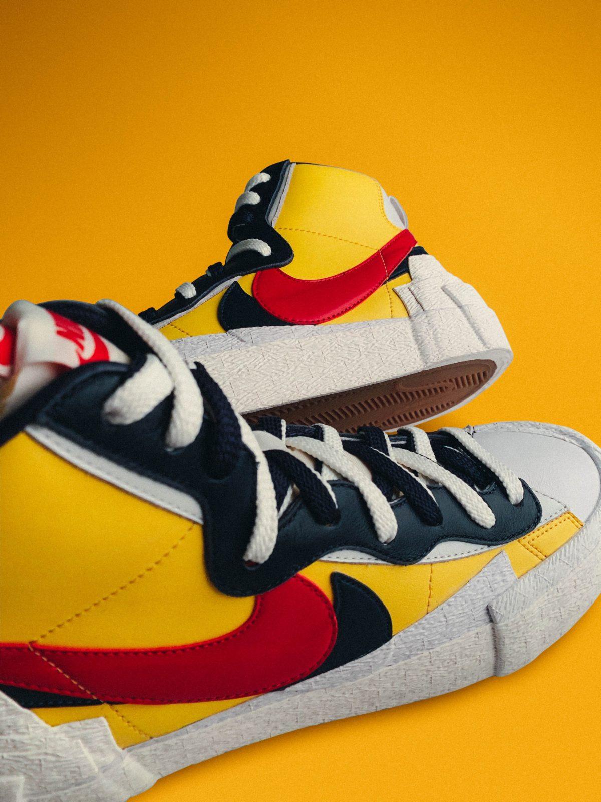 Sneakers colorées répondant à la tendance Athleisure.