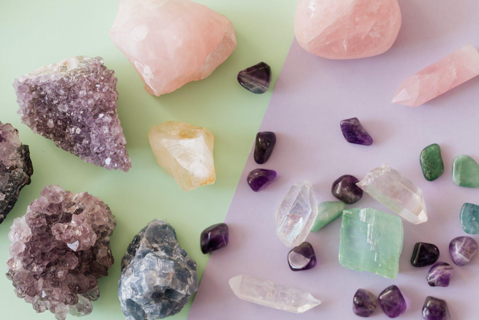 Nombreuses pierres semi-précieuses utilisées en lithothérapie pour le bien-être.