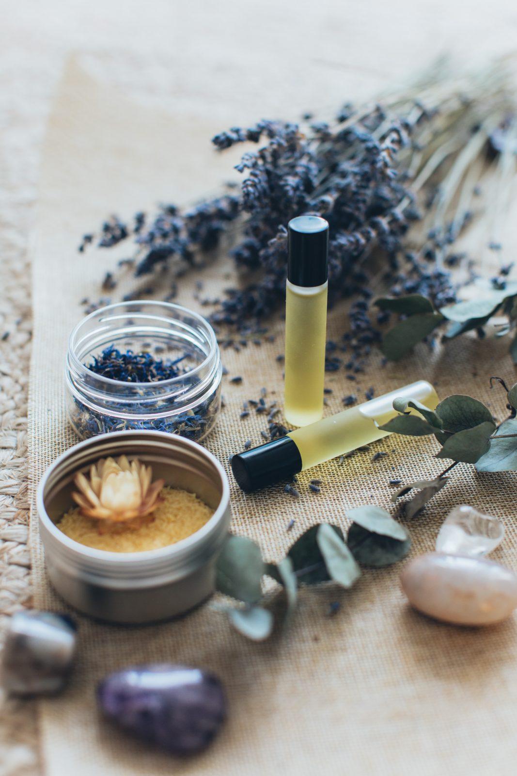 Huiles essentielles et plantes séchées pour la réalisation d'infusions. Pour les règles douloureuses, il est une bonne astuce, un excellent remède naturel.
