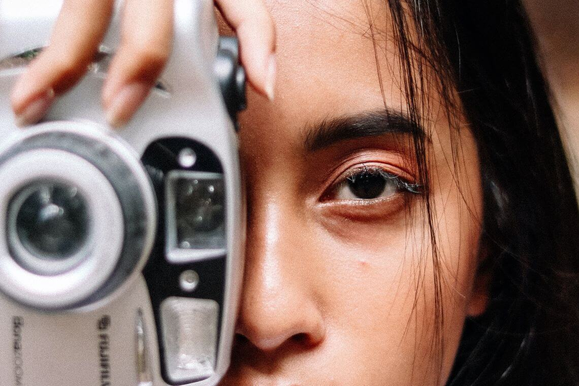 Femme asiatique avec appareil photo - (c) Ariel Prajatama - Pexels