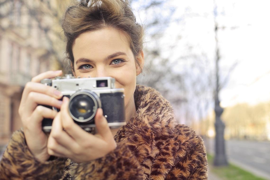 Femme photographe apprêtée