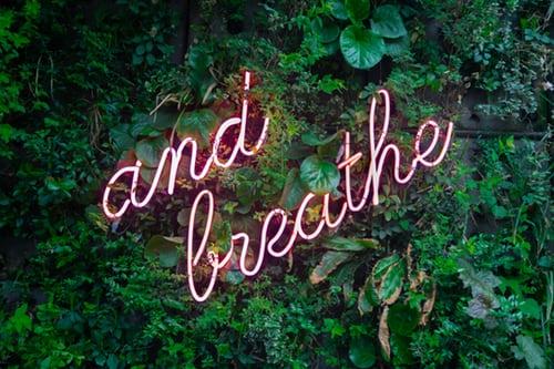 Néon écriture respirer bonnes habitudes bien-être