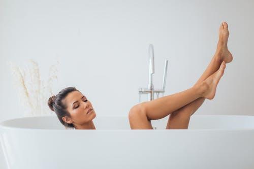 femme dans un bain bonnes habitudes bien-être