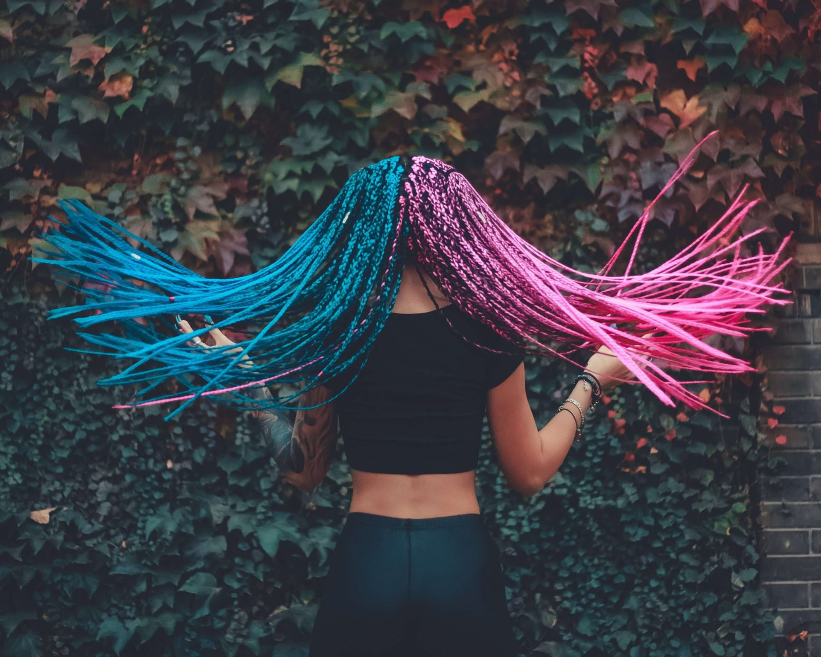 Photo d'une femme portant des tresses bicolores. (Nikola Topic, unsplash.com)