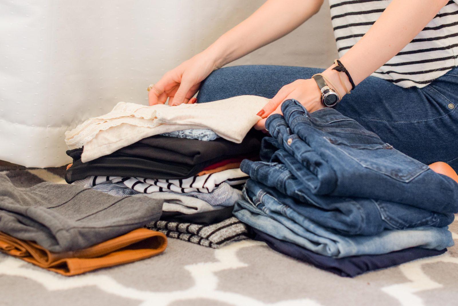 Photo montrant une femme prévoyant à l'avance les vêtements qu'elle va mettre dans sa valise
