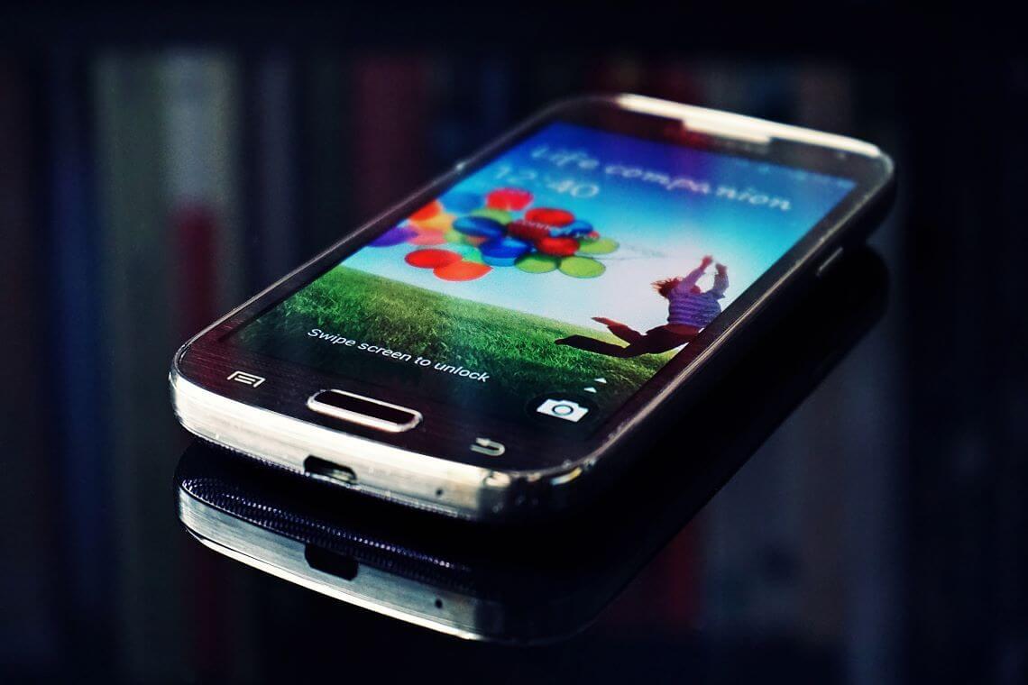 smartphone sur fond style matrix - (c) Suzy Hazelwood - StockSnap