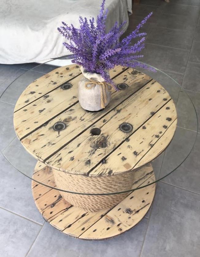 un touret en bois transformé en table