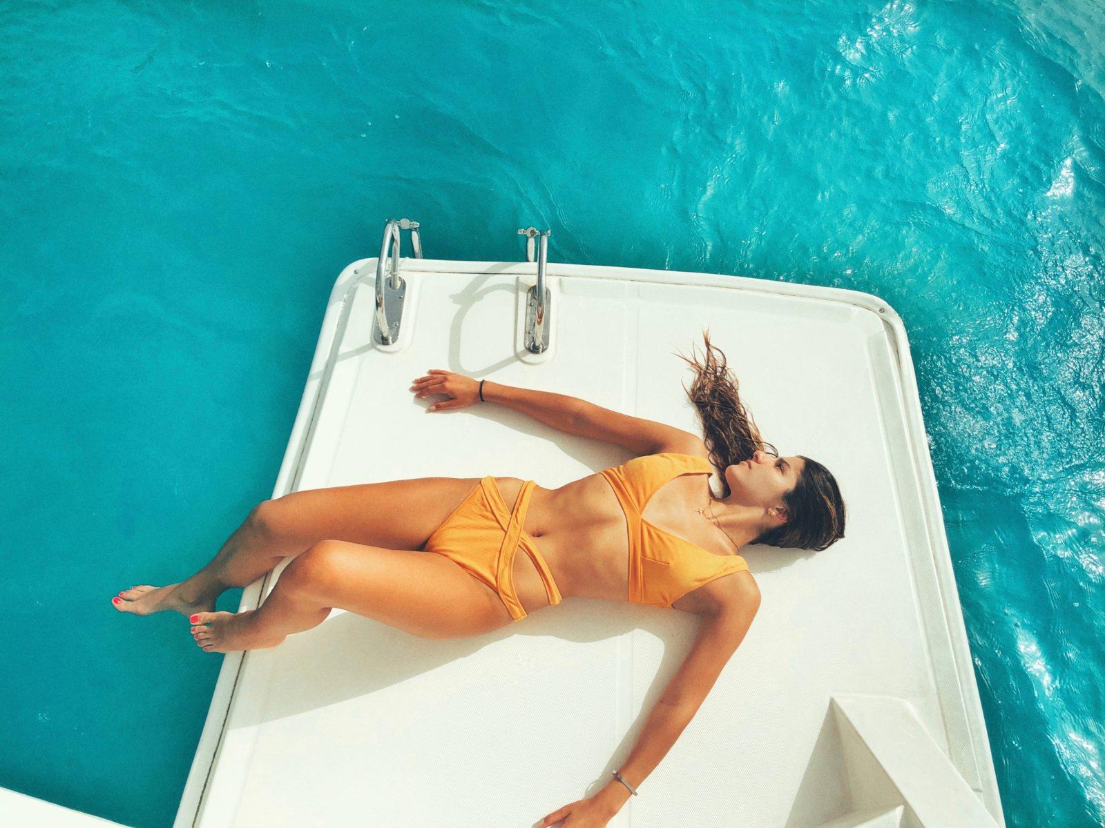 Eté : femme bronzant sur l'eau.