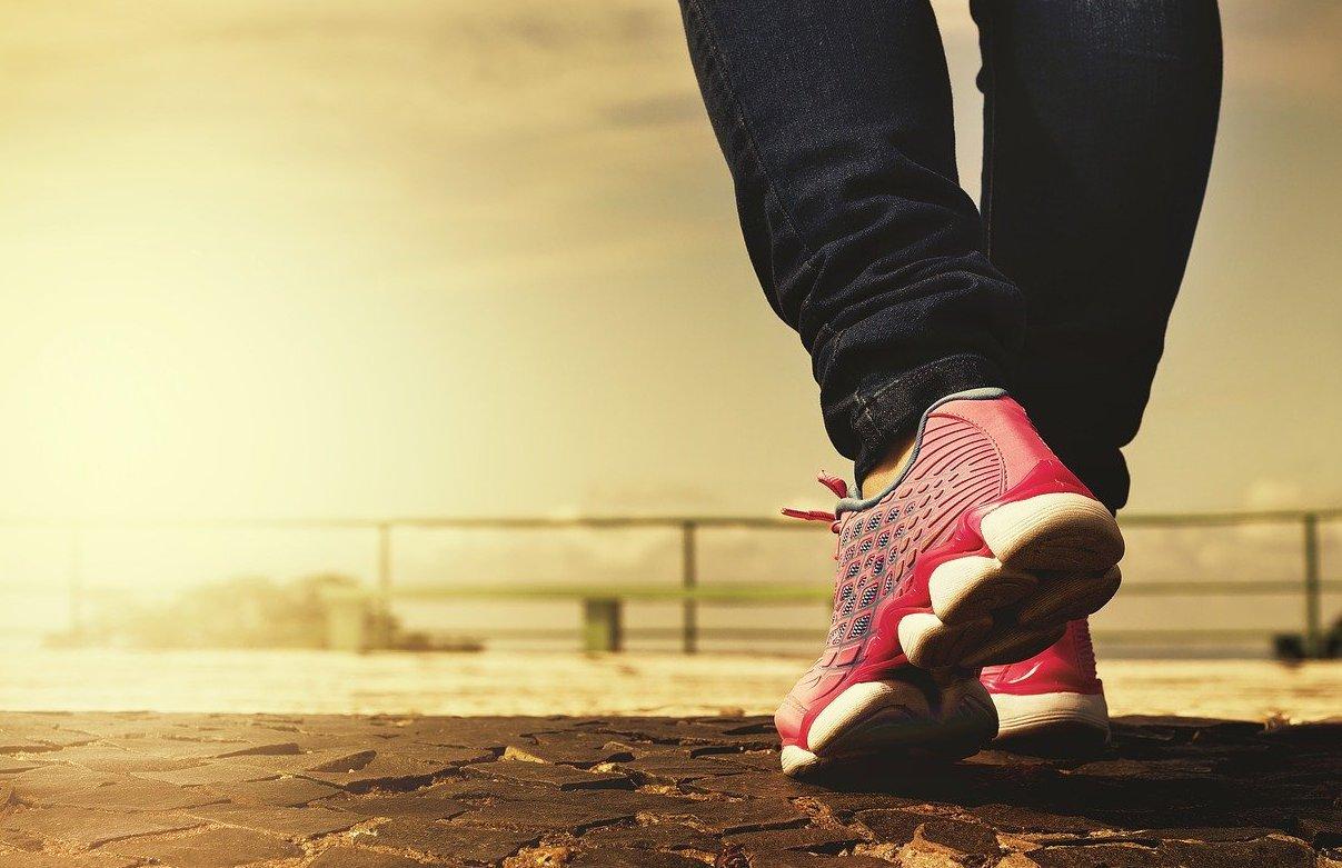 Les marques de sport les plus populaires - femme au bord de la plage