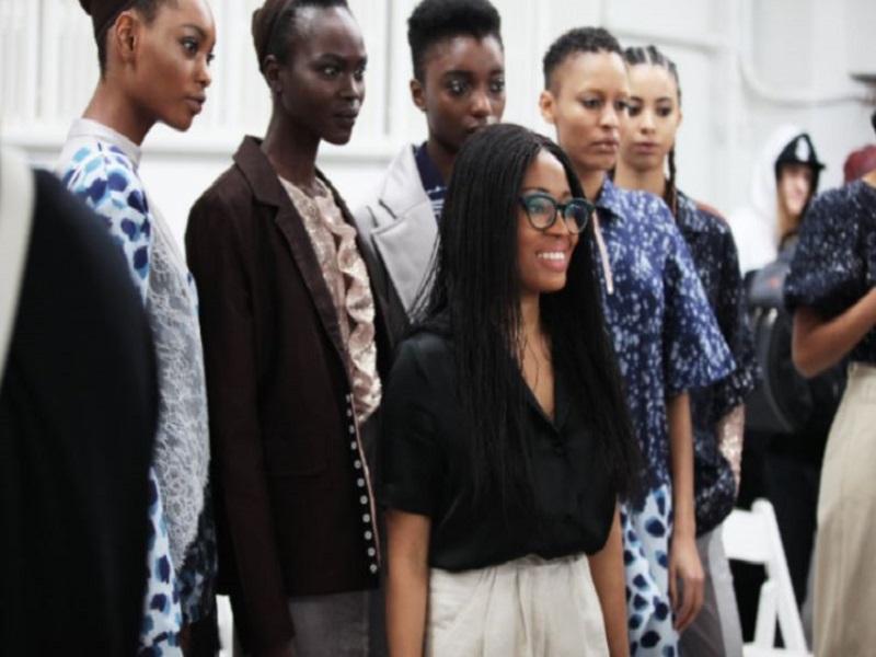La créatrice Amaka Osakwe, entourée de ses mannequins, lors de la présentation d'une de ses collections intitulée Ala Kobe au début de l'année 2018.