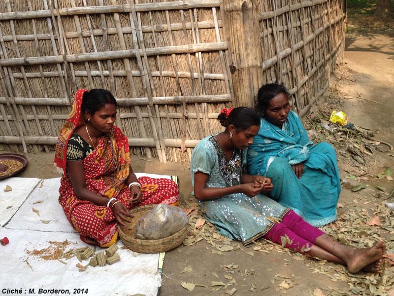 Des femmes Indiennes qui confectionnent la cigarette traditionnelle.