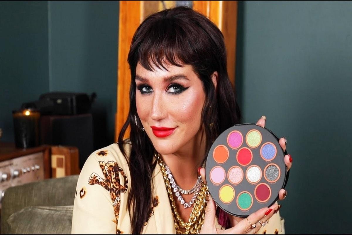 Véritable fashionista, la chanteuse a sorti en novembre dernier sa ligne de cosmétiques Kesha Rose Beauty. En partenariat avec HipDot, la jeune femme propose de nombreux produits. Palette de douze fards aux nuances très colorées ou eyeliner à double embout, la chanteuse imprime également son style dans la mode. Une artiste à multiples facettes.
