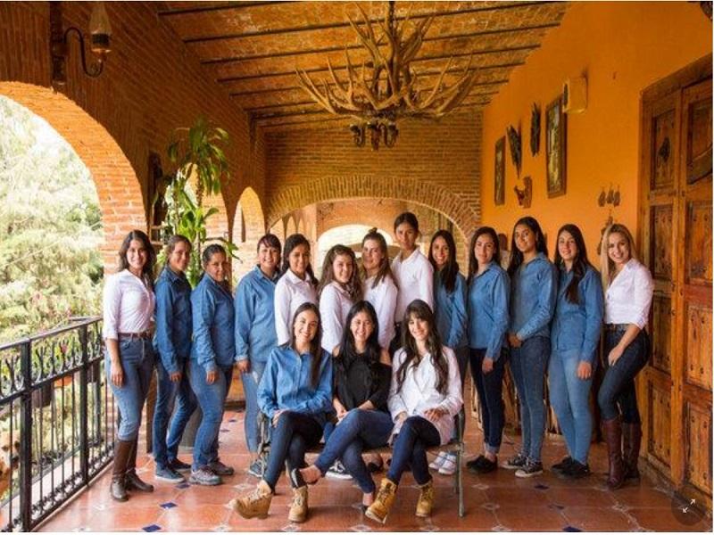 Située au milieu de la photo, Melly Bajenas Cárdenas combine entreprenariat et fémininité. Avec rigueur et proximité autour d'une équipe exclusivement féminine.