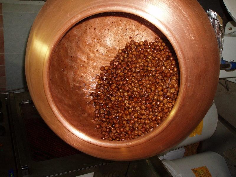 Pralines, turbine en cuivre, fabrication artisanale, Façon Chocolat, noisettes, amandes, cacao