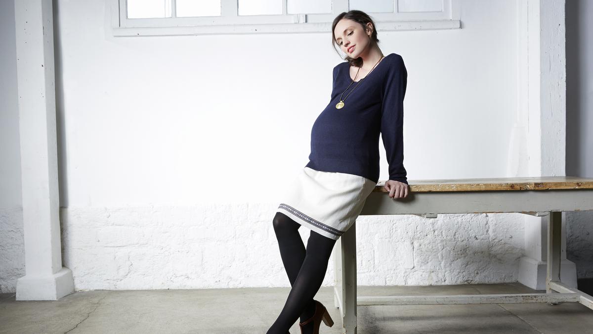Vêtements de grossesse - Femme enceinte devant bureau - 1et1font3