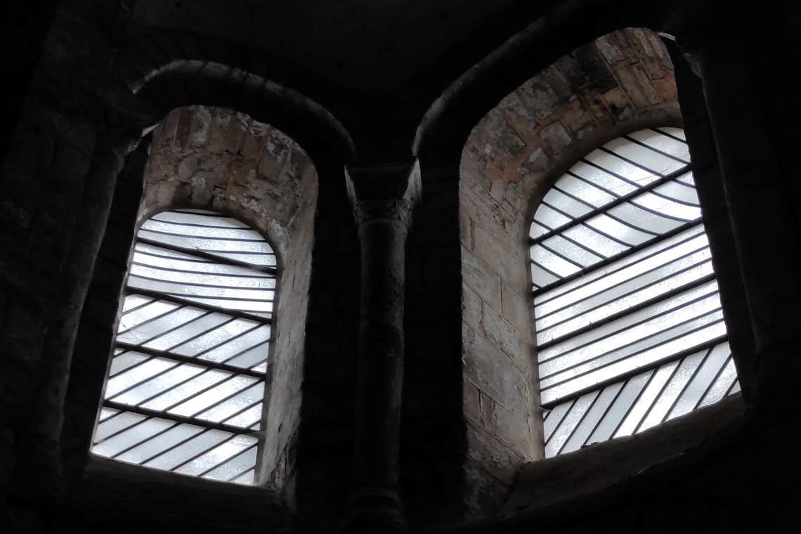 Les vitraux de Soulages à Conques : de la pénombre à la clarté.
