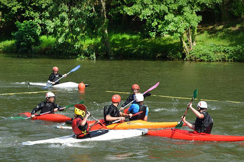 Trouver une activité sportive comme le kayak.