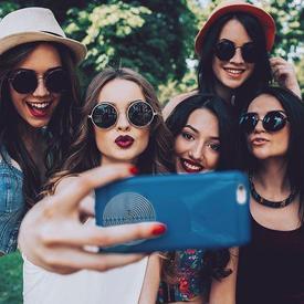 un groupe de fille qui se prennent en selfie
