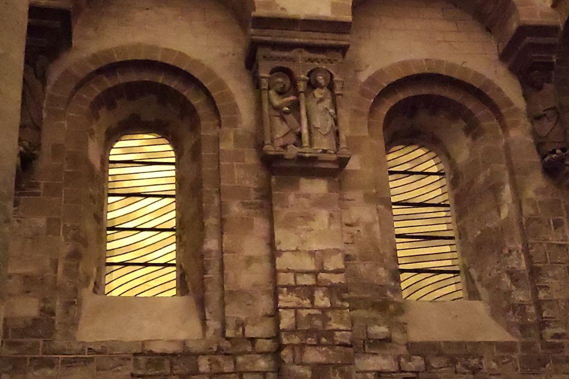 Les vitraux de Soulages à Conques prennent une teinte orangée sous l'éclairage public.