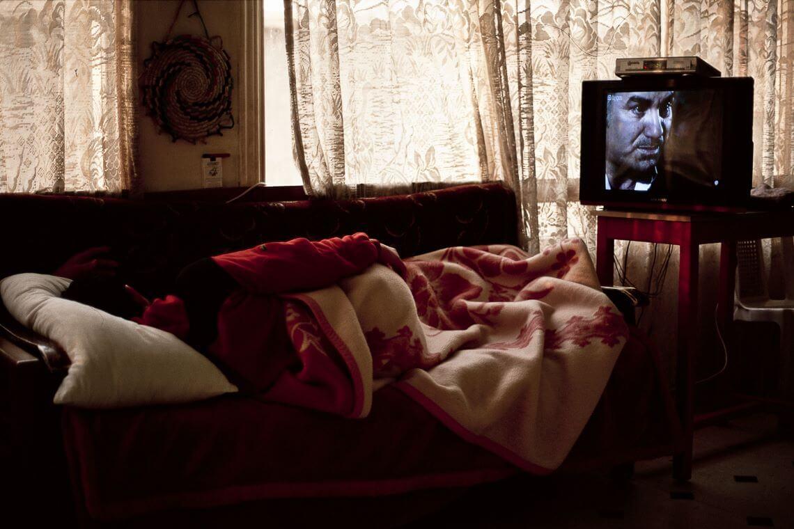 Personne couchée devant la télé en Syrie