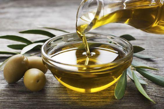 Quelles huiles végétales utiliser pour de beaux cheveux ? Source : https://www.passeportsante.net/fr/Actualites/Dossiers/DossierComplexe.aspx?doc=vrai-faux-huile-olive.