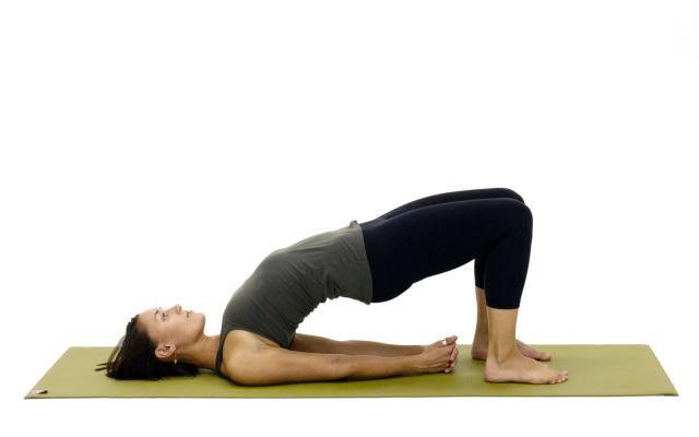 L'exercice du pont par Yoga About via Pinterest.
