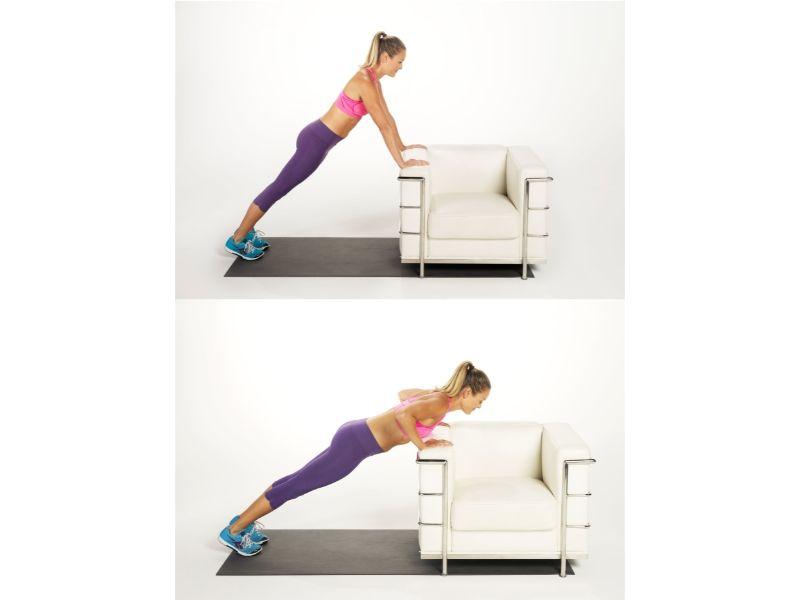 Exercice de musculation contre un canapé.
