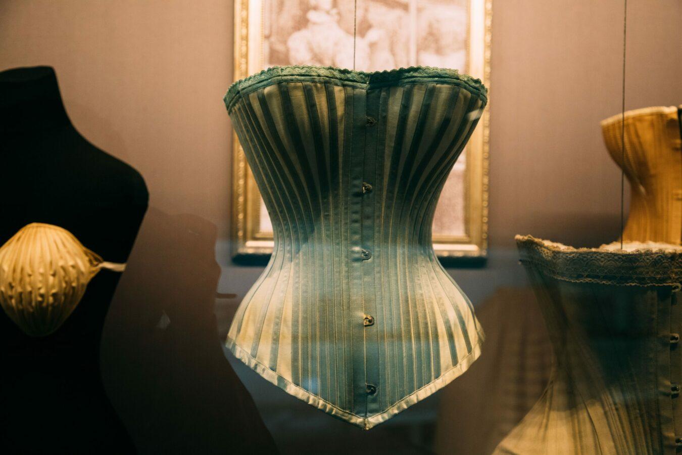 Le corset minceur : une tendance nocive pour la santé qui influence toute une génération ?