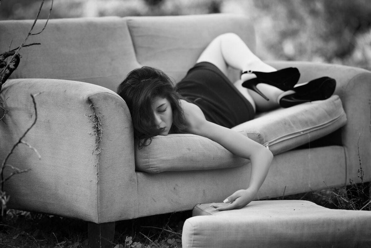 Femme résignée dans son canapé