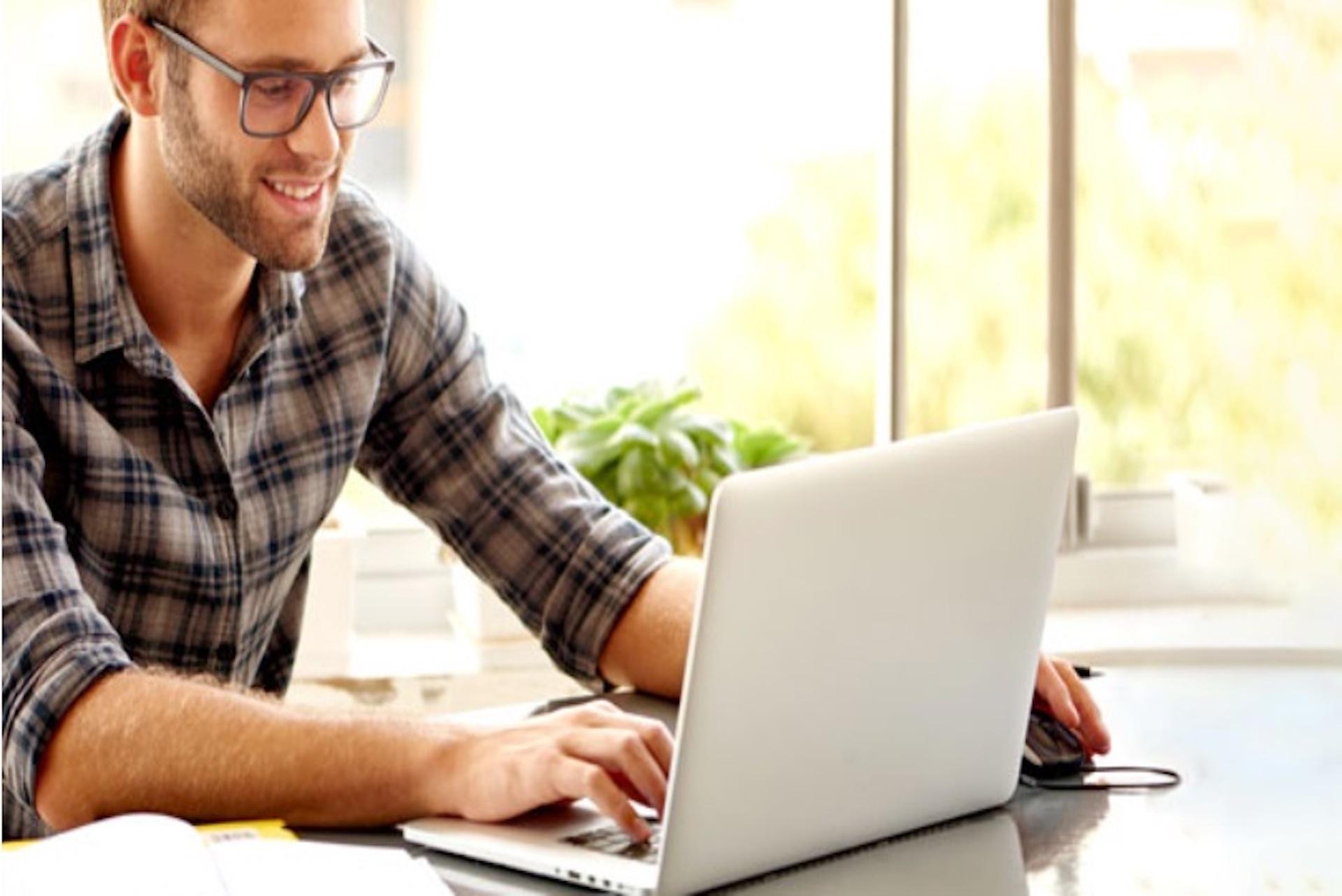 Homme jouant sur son ordinateur