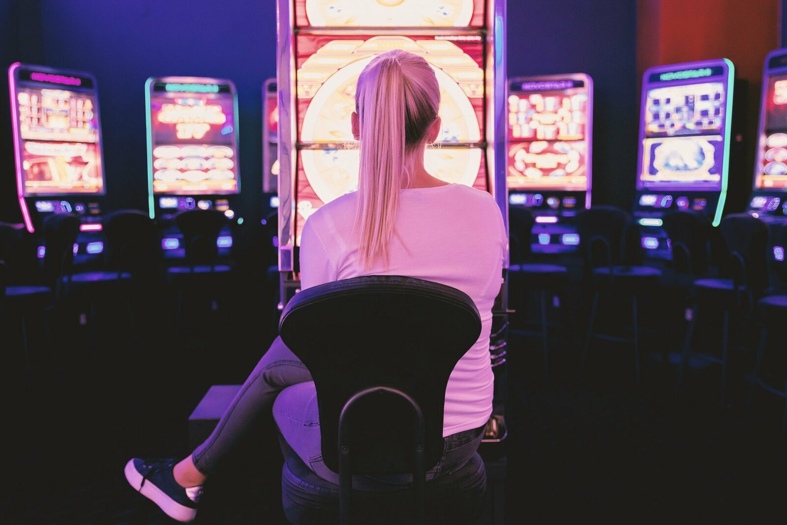 femme devant des jeux de hasard