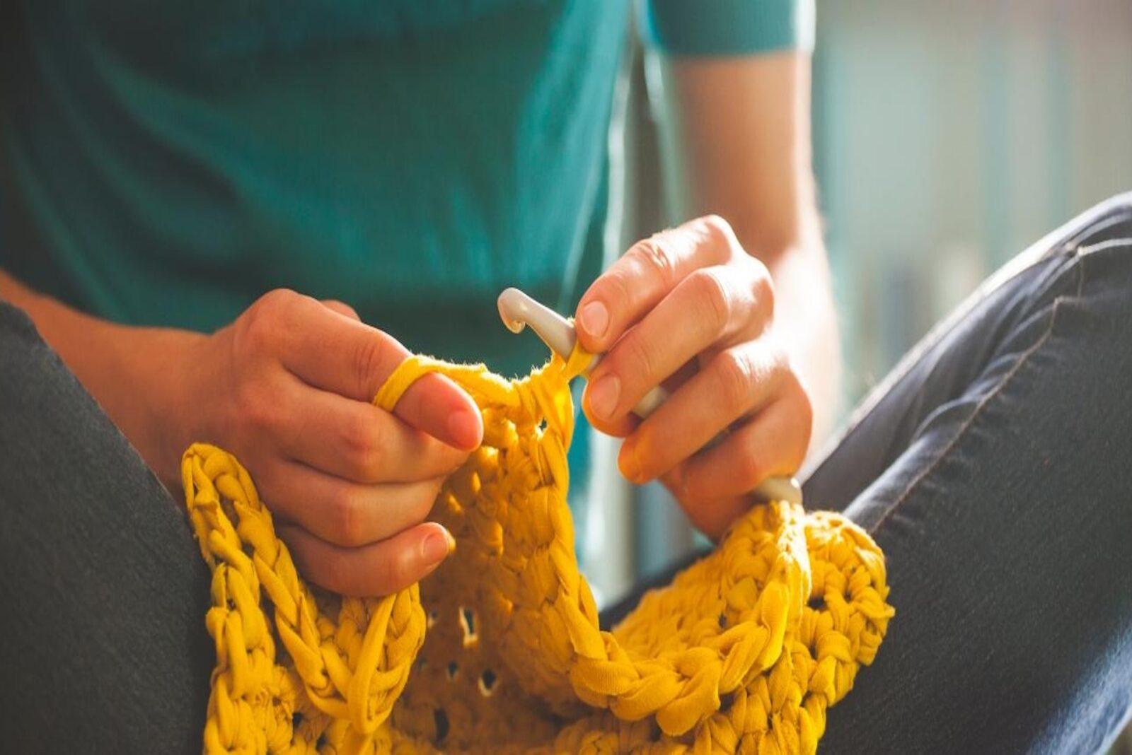 DIY femme qui tricote