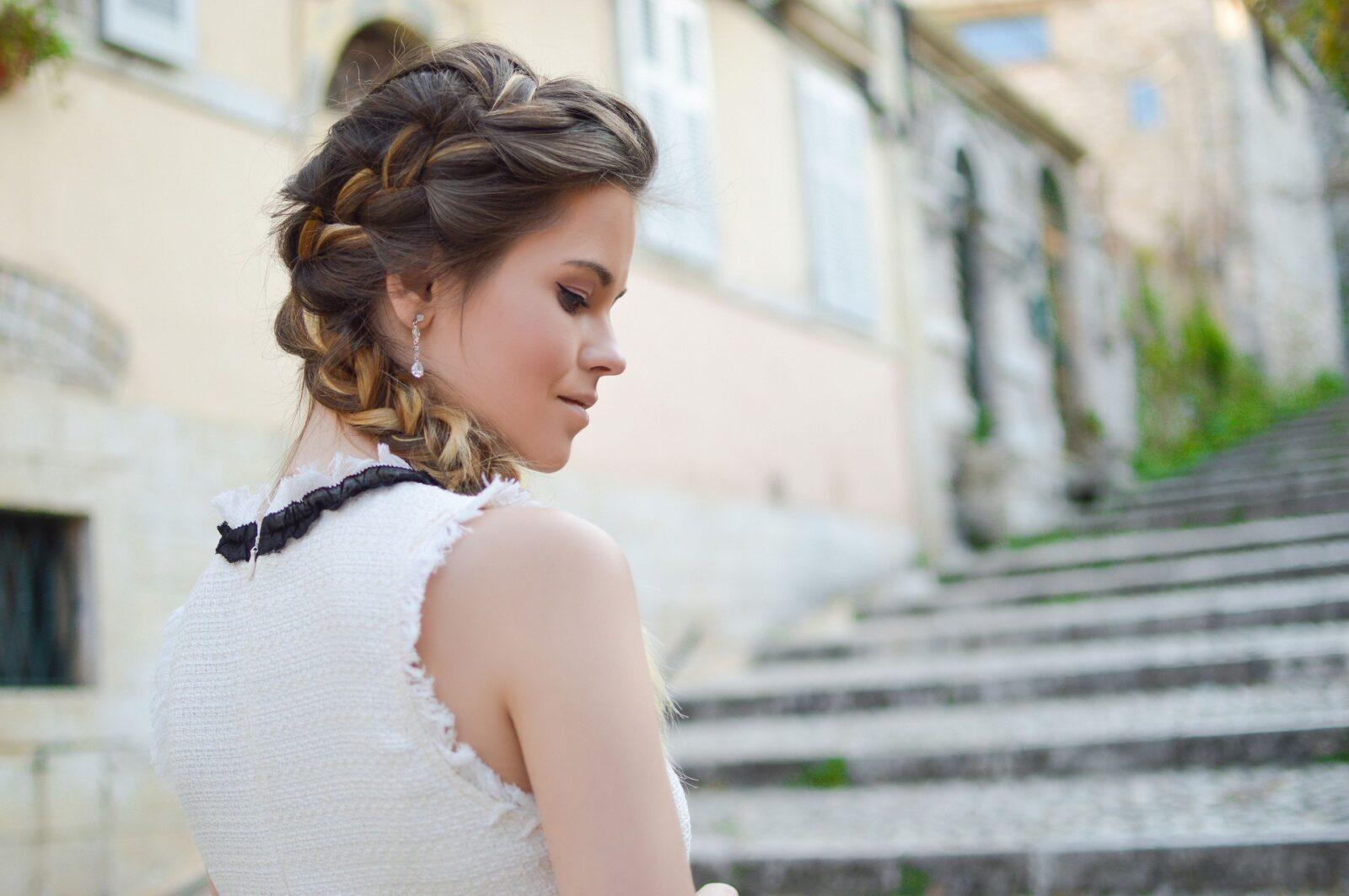 Une coiffure protectrice simple et tendance entretenue grâce à des soins adaptés de la gamme Aloe Locks de Shandrani Easy Pouss