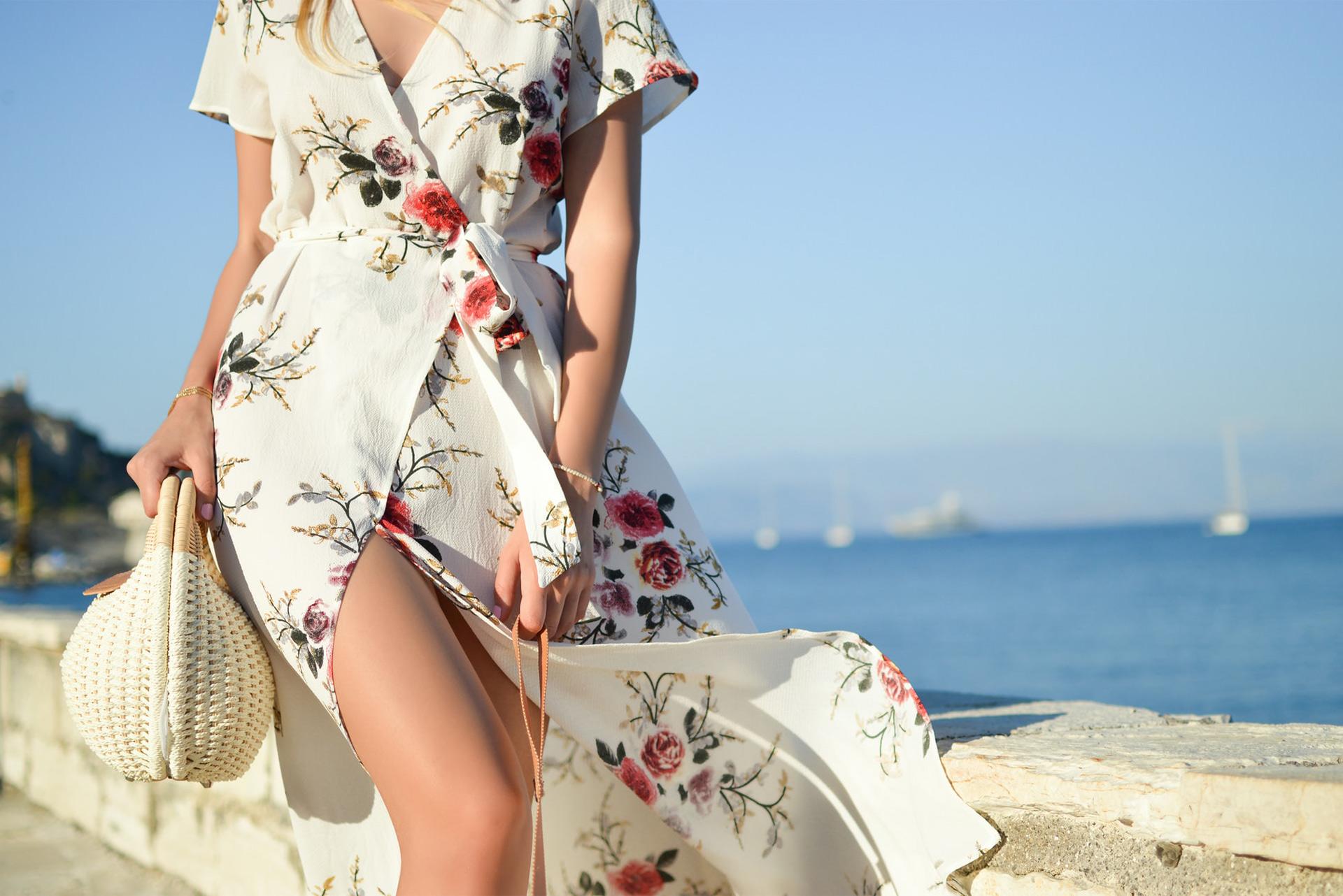 Femme en robe blanche sur la plage